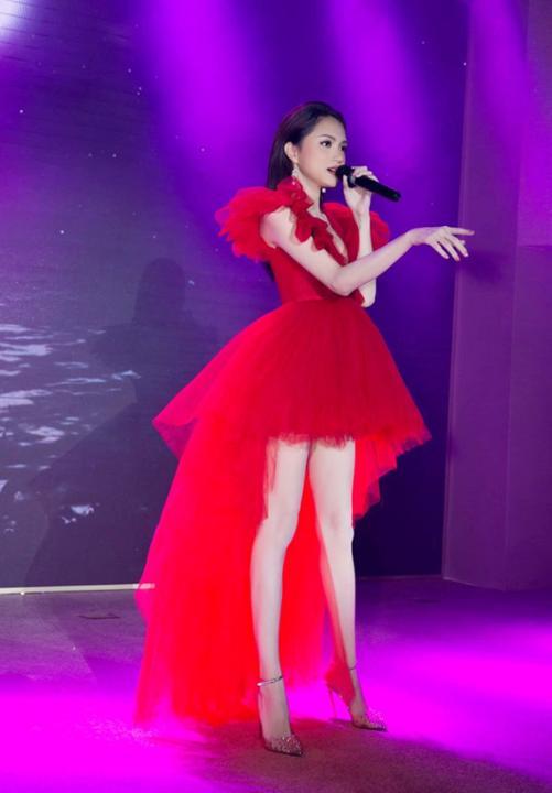 """""""Mất hồn"""" vì fan quá sung, Hương Giang vẫn pose dáng thần thái: Khoe trọn chân dài hút mắt"""