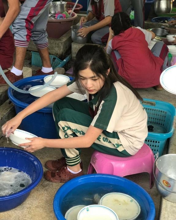 Chỉ ngồi rửa bát thôi, cô gái này cũng khiến cư dân mạng thi nhau tìm kiếm info vì nhan sắc quá xinh đẹp