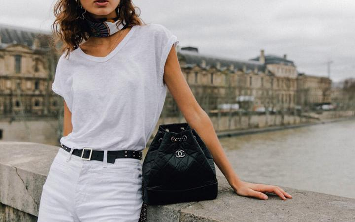 6 cách phối áo phông và quần jeans cực thanh lịch cho cô nàng công sở