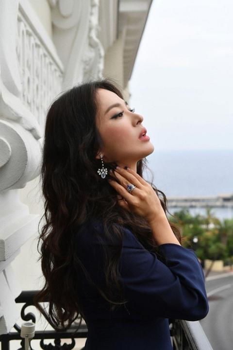 """Hậu ly hôn, Song Hye Kyo liên tục khiến fan """"thổn thức"""" với diện mạo xinh đẹp lộng lẫy"""