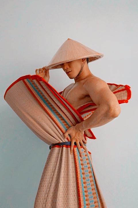 Học trò cưng Võ Hoàng Yến dùng nồi, chảo, ấm nước làm váy