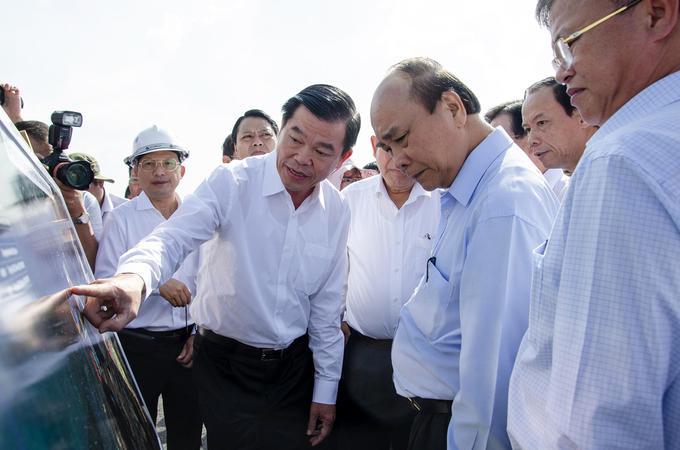 Thủ tướng Nguyễn Xuân Phúc (thứ hai bên trái) và đoàn công tác của Chính phủ thị sát hệ thống cảng Cái Mép - Thị Vải (thị xã Phú Mỹ, Bà Rịa - Vũng Tàu) ngày 30/5. Ảnh: Lan Ngọc.