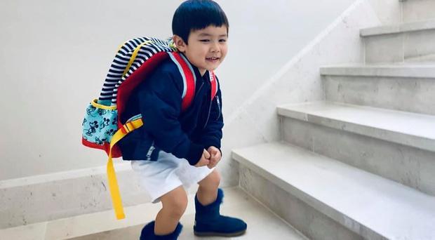 Đáng yêu như con trai Đan Trường, nhớ trường lớp đến mức đi chợ cũng nằng nặc đòi mẹ cho mang theo cặp sách