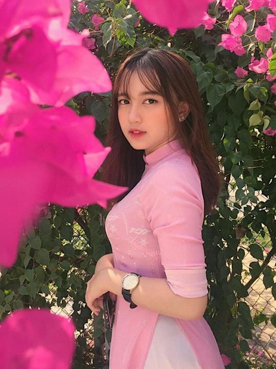 Nữ sinh ĐH Tôn Đức Thắng gây thương nhớ với vẻ ngoài xinh xắn khi diện áo dài hồng cánh sen nổi bần bật ngày khai giảng
