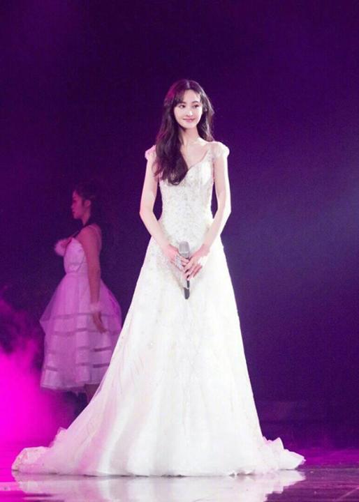 """Trịnh Sảng xinh đẹp tựa công chúa, hát lại nhạc phim """"Yêu em từ cái nhìn đầu tiên"""""""