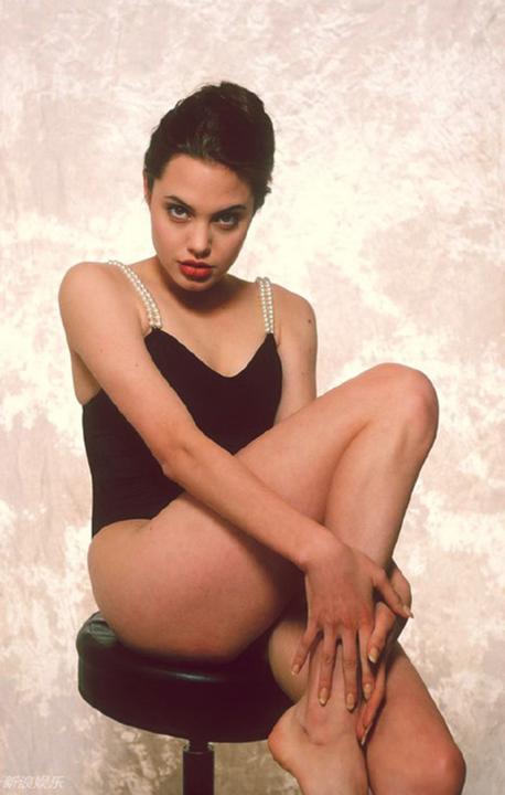 Angelina Jolie năm 16 tuổi đã đẹp xuất sắc nhường này, bảo sao trở thành tượng đài nhan sắc hạng A Hollywood