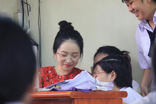 Nữ giáo viên mặt baby bị học sinh chụp lén nổi như cồn trên mạng xã hội