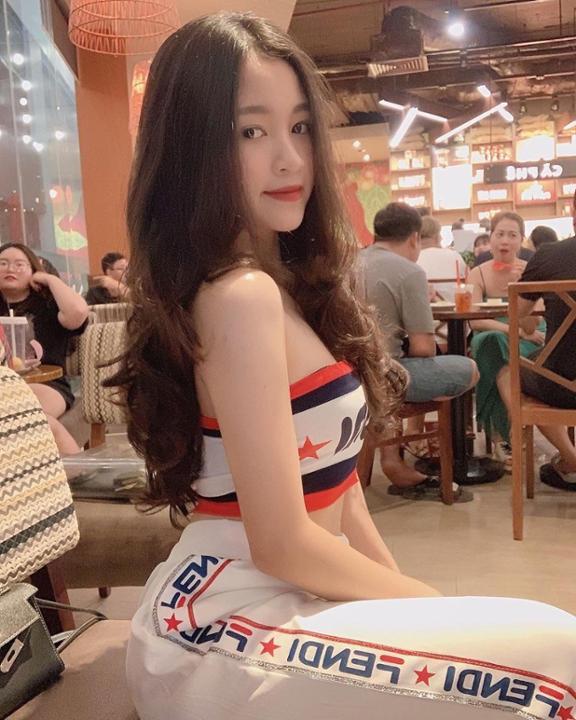 """Xinh đẹp lại sở hữu vòng 1 """"bức size"""", bảo sao hotgirl 10X này hút lượt theo dõi """"khủng"""""""